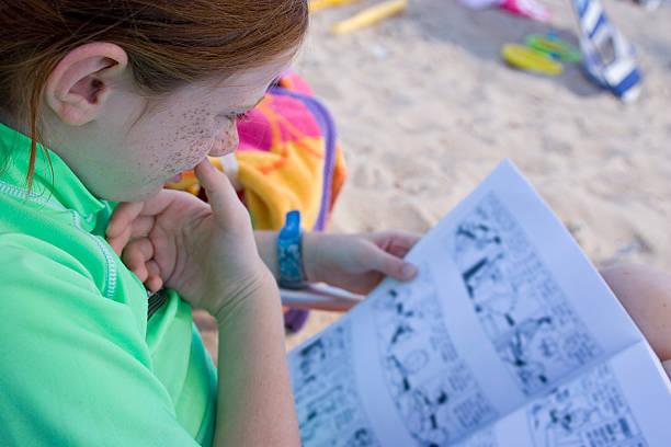 kind liest am strand - comic stock-fotos und bilder