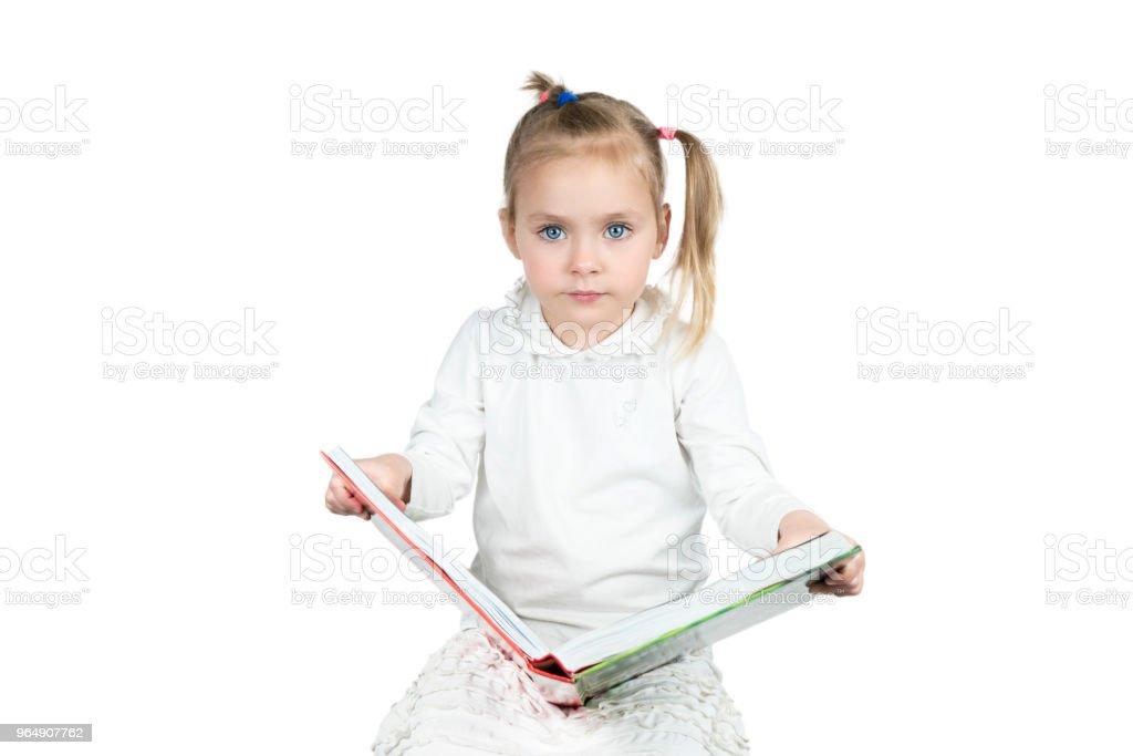 孩子讀一本書 - 免版稅一個人圖庫照片