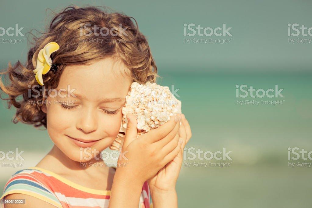 Kind am Strand entspannen – Foto