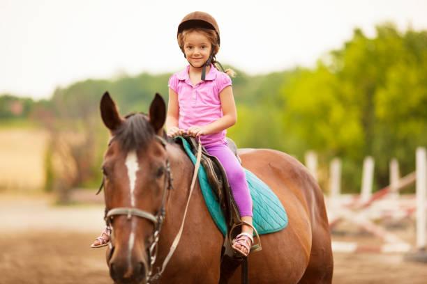 niño montar a caballo al aire libre. - equitación fotografías e imágenes de stock