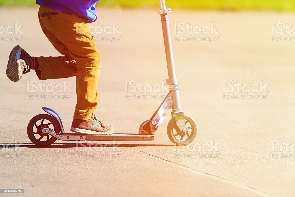 お子様の乗馬スクーター、アクティブスポーツのお子様には、 ストックフォト
