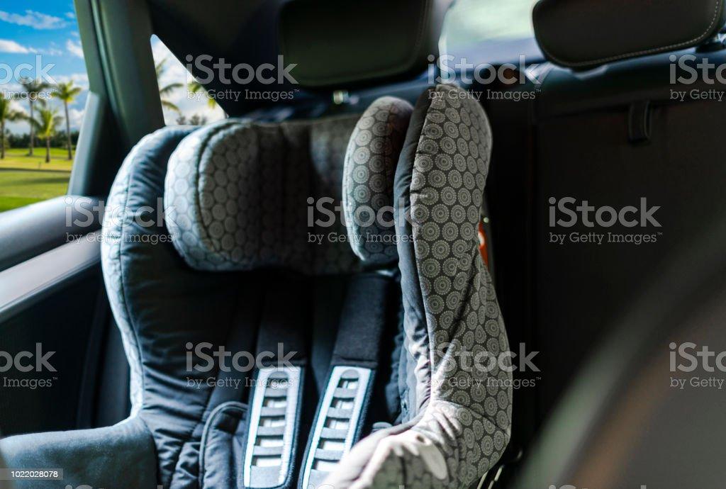 Auto-Kindersitz hinten im Auto. Baby-Autositz für Sicherheit. Auto-Innenausstattung. Auto Detaillierung – Foto