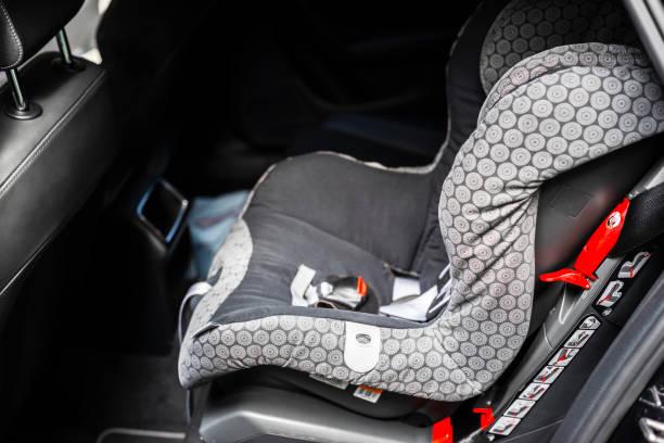 Auto-Kindersitz hinten im Auto. Baby-Autositz für Sicherheit. Auto-Innenausstattung. Auto Detaillierung. Kind-Sicherheitskonzept – Foto