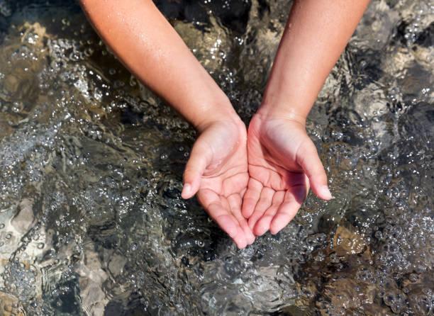 Kind schütelt Wasser an – Foto