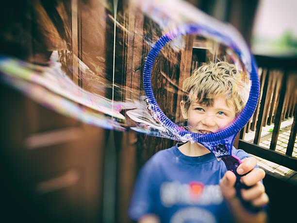 child seeing through a bubble - versuche nicht zu lachen stock-fotos und bilder