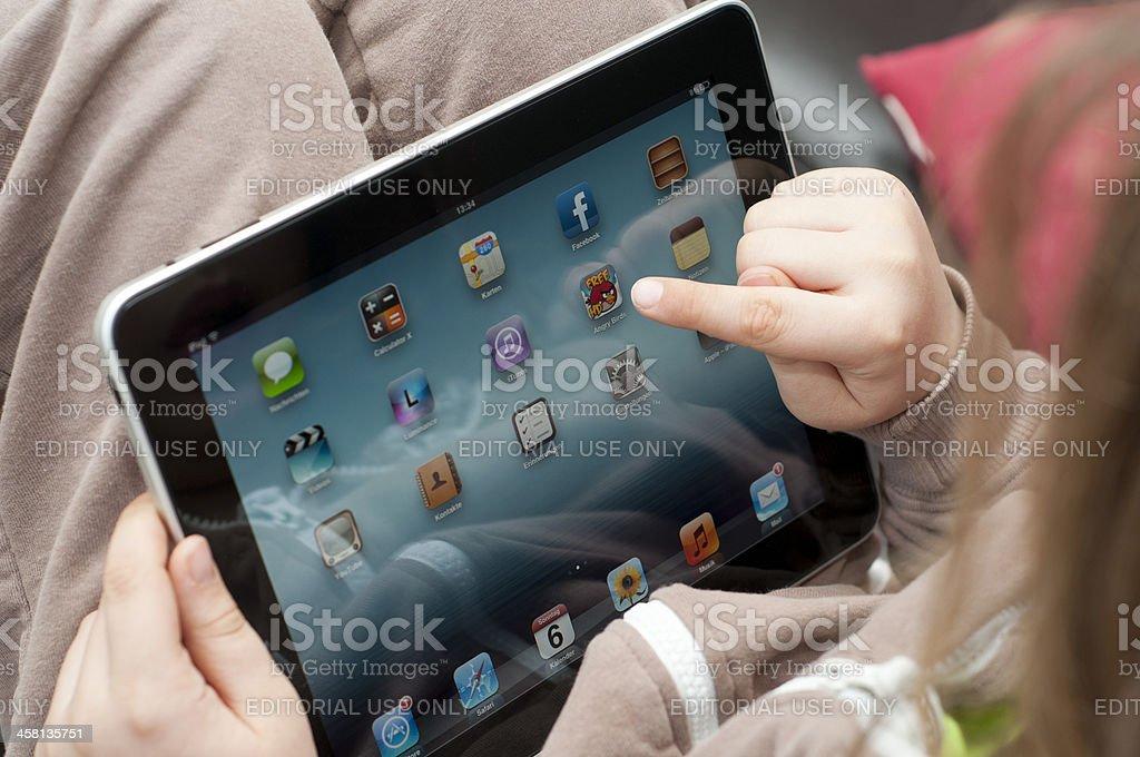 Kind mit iPad Startbildschirm – Foto