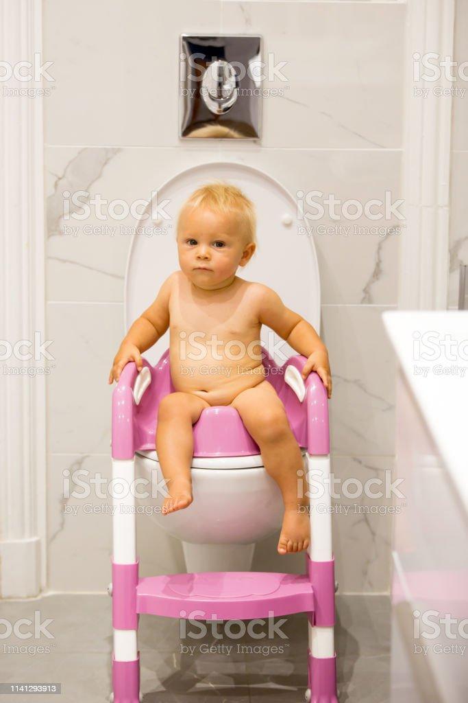 Kind Op Toilet.Kind Zittend Op Potje Kid Spelen Met Educatief Speelgoed En
