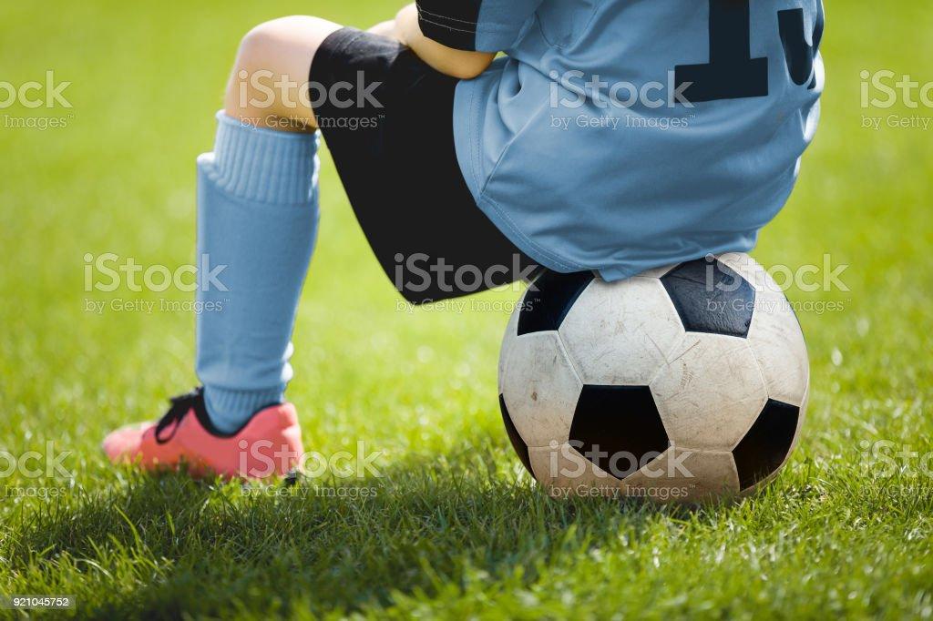Kind Sitzt Auf Fussball Junge Mit Fussball Auf Dem Spielfeld