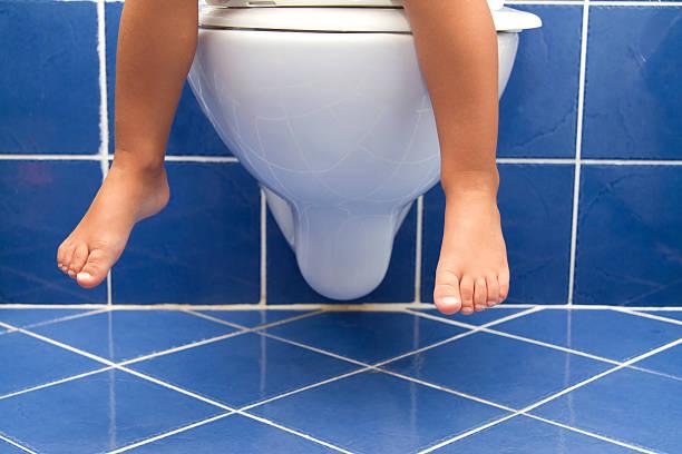 kind sitzt auf der toilette - kinder wc stock-fotos und bilder