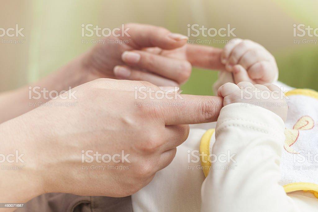 Niño de mano pequeñas - foto de stock