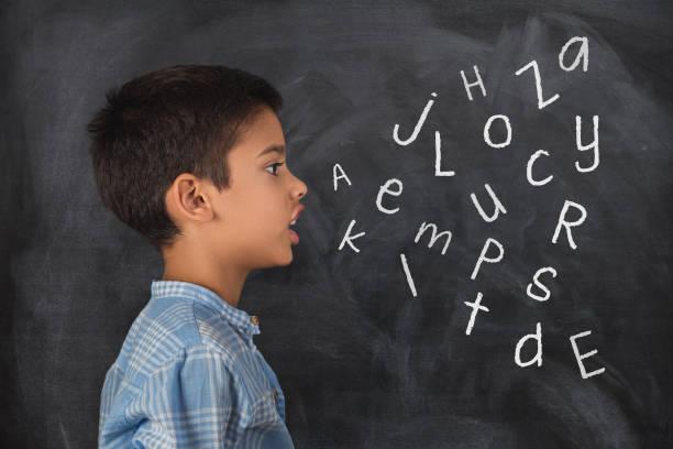 enfant parlant et les lettres de l'alphabet qui sortent de sa bouche - langue anglaise photos et images de collection
