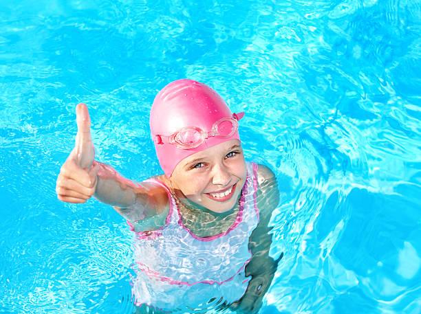 Kind Schwimmen im pool. – Foto