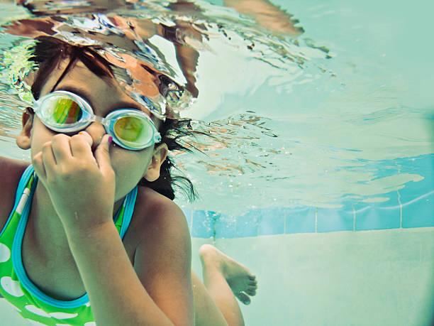 criança nadar debaixo de água - jump pool, swimmer imagens e fotografias de stock