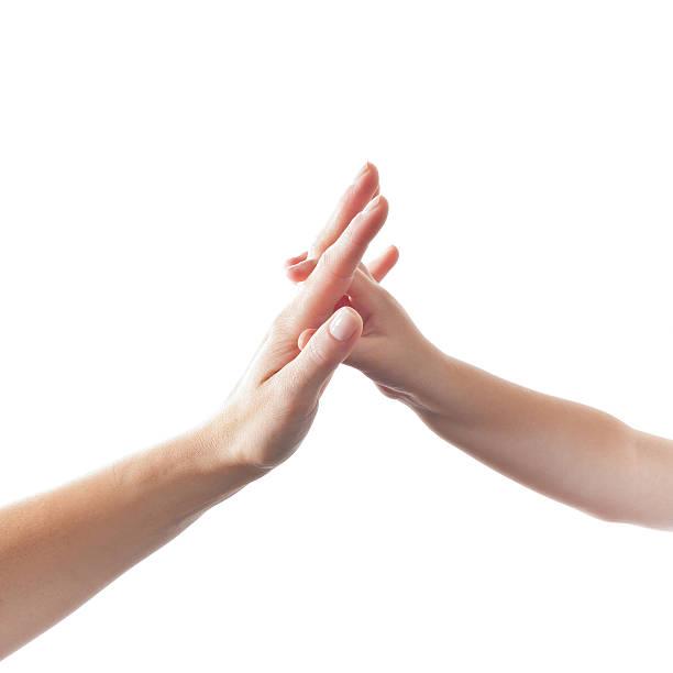 Kinder berühren hand der Mutter – Foto