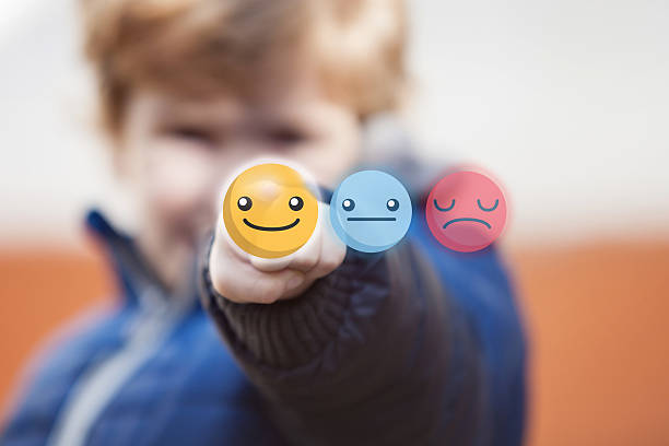 Child touching smiley face on touchscreen. – Foto
