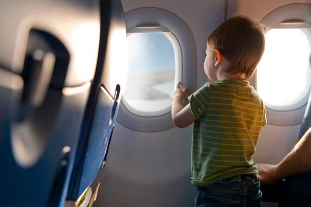 Kind, das mit dem Flugzeug reist – Foto