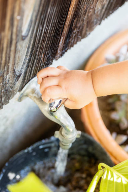 kind versuchen, wasserhahn im freien deaktivieren. - hände wasser wasserhahn kinder lachen stock-fotos und bilder