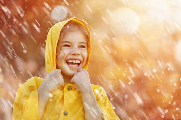 criança sob chuva de outono - setembro amarelo - fotografias e filmes do acervo