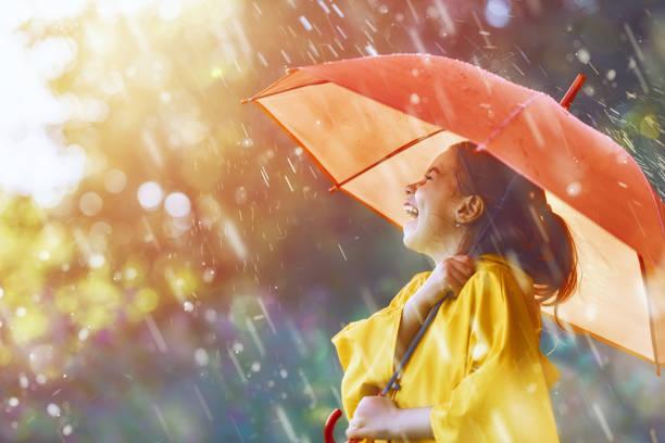 Kind unter Herbstregen – Foto