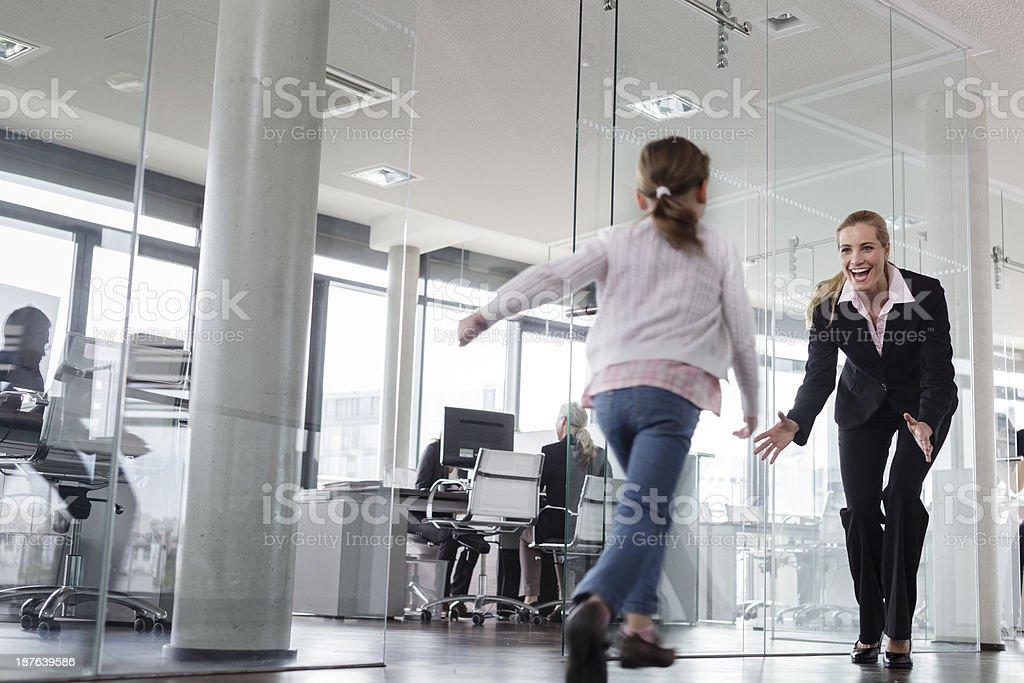 Kind besuchen Sie ihre Mutter bei der Arbeit – Foto