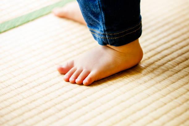 日本家屋で畳の上を歩いての子。 - 畳 ストックフォトと画像