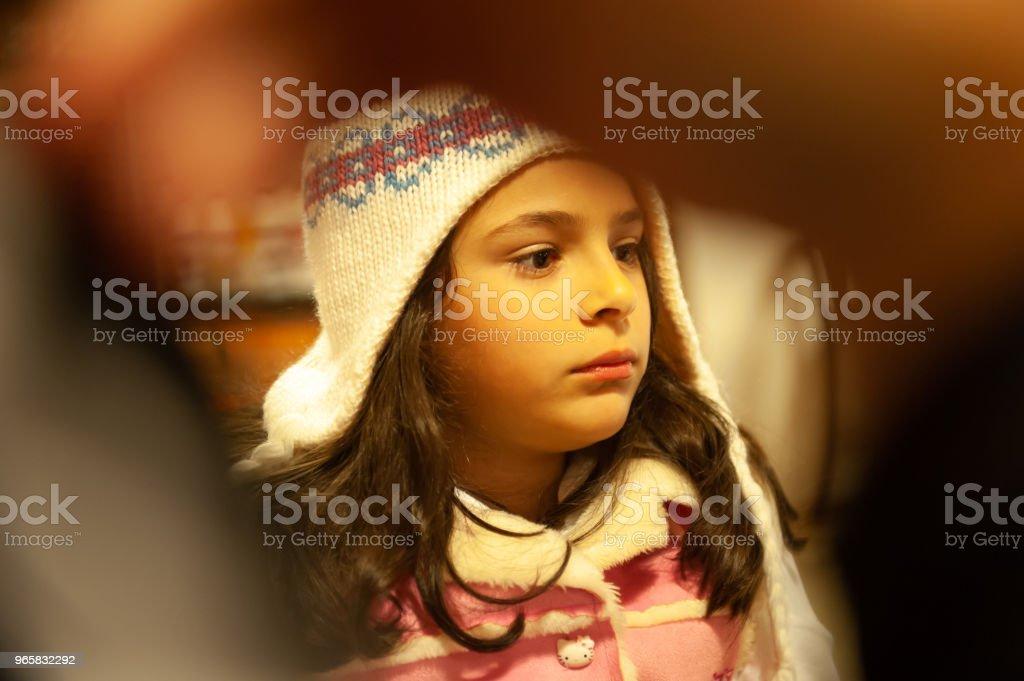 Kind het dragen van een cap maken van gezicht - Royalty-free Alleen volwassenen Stockfoto