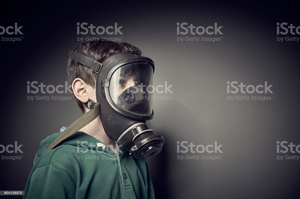 Child wearing a gas mask – Foto