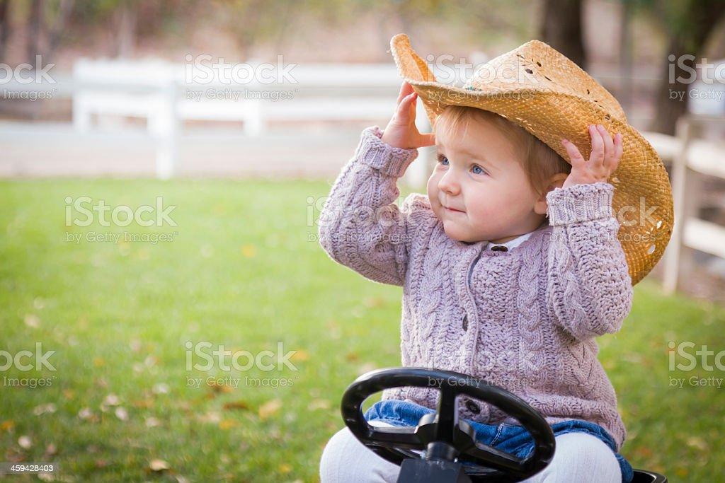 Bambino piccolo con Cappello da Cowboy e giocano con giocattoli trattore al  di fuori foto stock 5ac7b42d9015