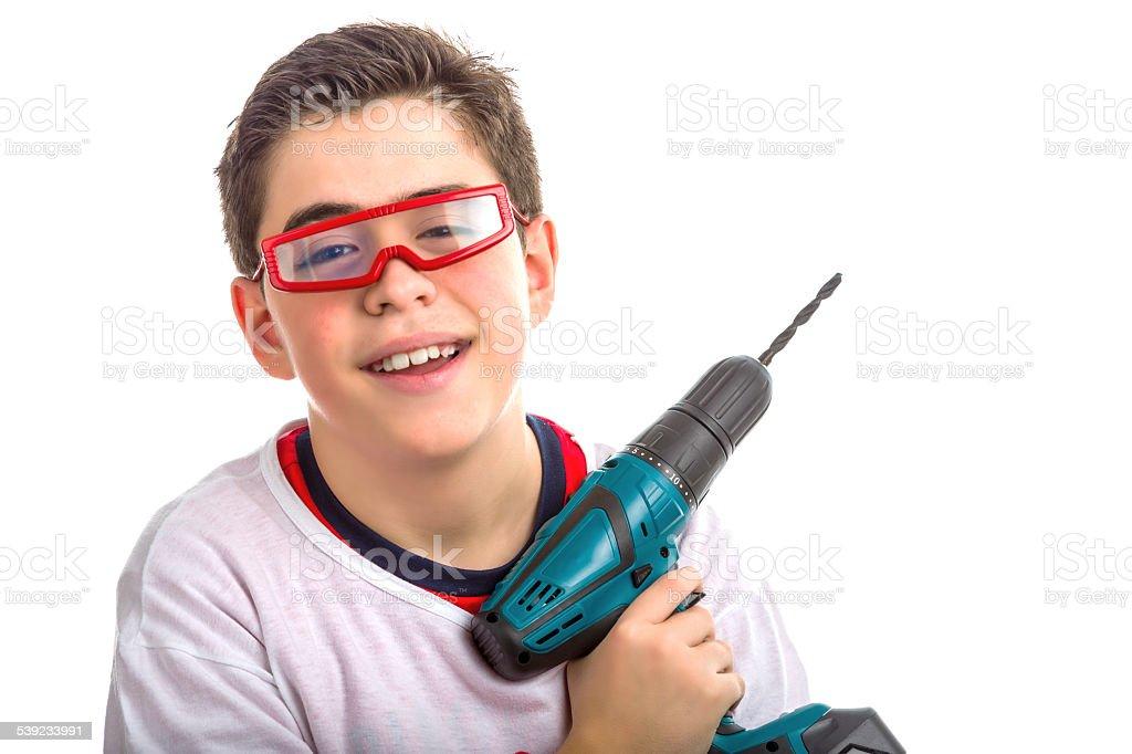 Crianças usando óculos e vermelho segurando furadeira sem fio foto royalty-free
