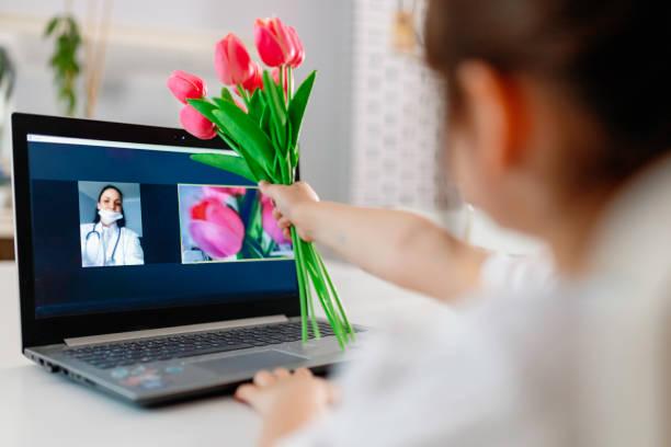 niño que dio el regalo del día de la madre al reunirse con su videoconferencia con su madre que no pudo volver a casa debido al brote - día de la madre fotografías e imágenes de stock