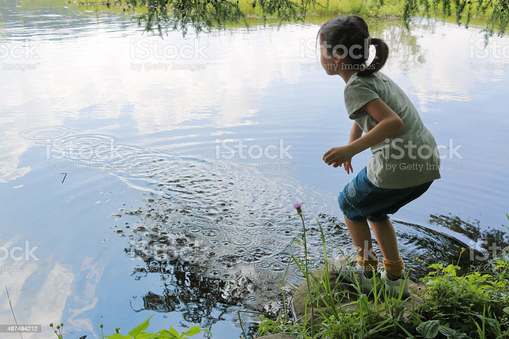 Child who plays with water stock photo