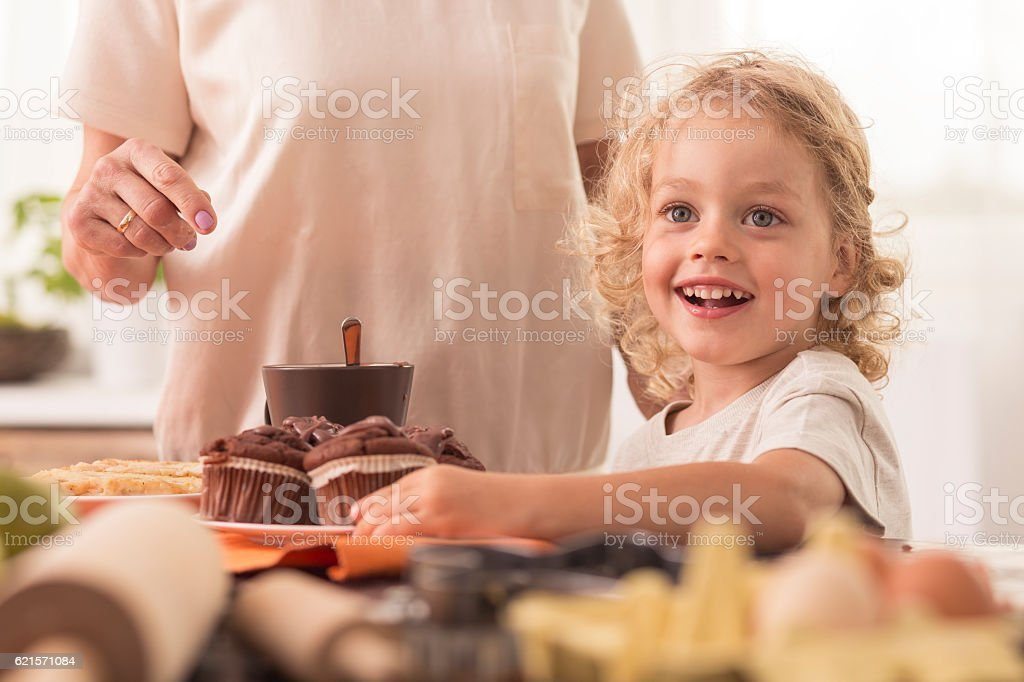 Child willing to eat muffin photo libre de droits