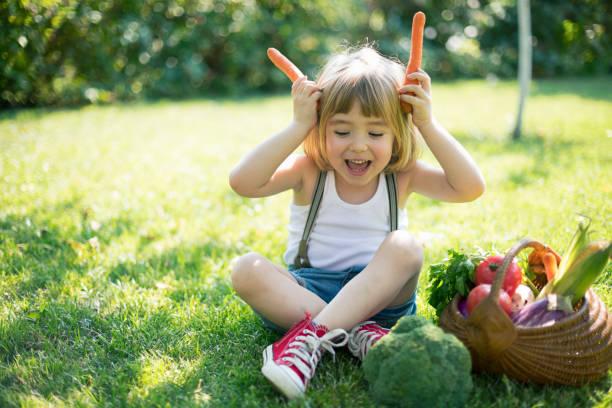 Kind mit einem Korb mit Bio-Gemüse – Foto