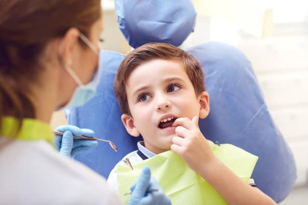 Ein Kind mit Zahnarzt in einer Zahnarztpraxis. – Foto