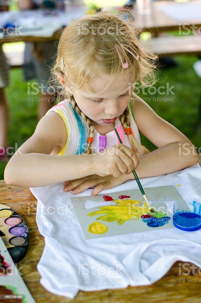 Kind mit Pinsel – Foto