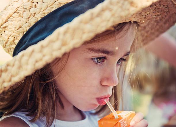 Enfant avec Jus en brique - Photo