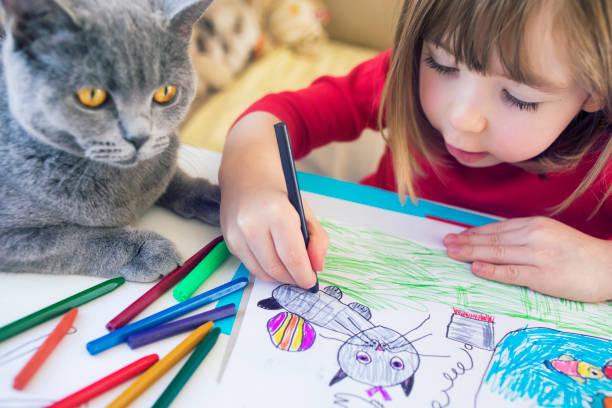 집에서 키티 그림을 가진 아이 - kids drawing 뉴스 사진 이미지