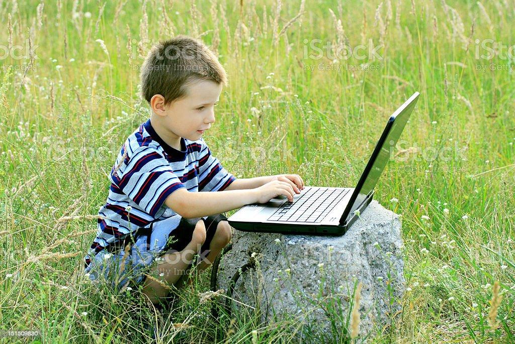 Kind mit laptop – Foto