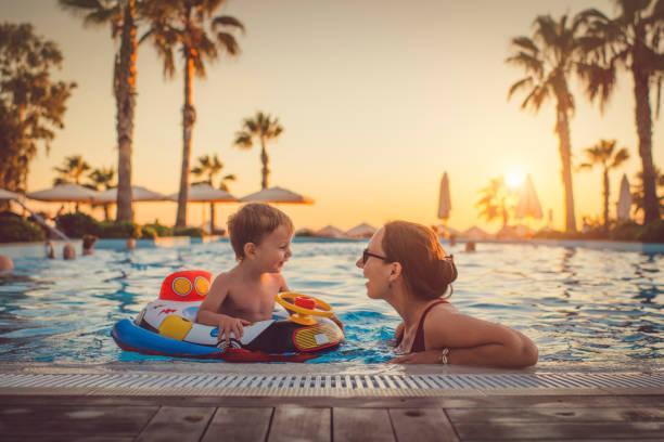 dziecko z matką w basenie, ośrodek wypoczynkowy - kurort turystyczny zdjęcia i obrazy z banku zdjęć