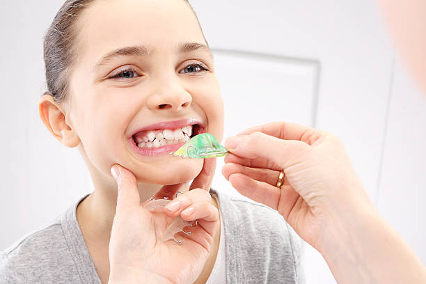 kind mit orthodontic haushaltsmaschine - kieferorthopäde stock-fotos und bilder