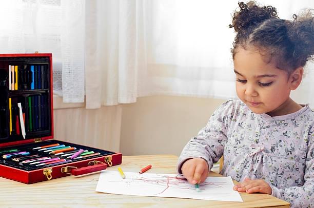 kind ist-zeichnung - bastelkarton stock-fotos und bilder