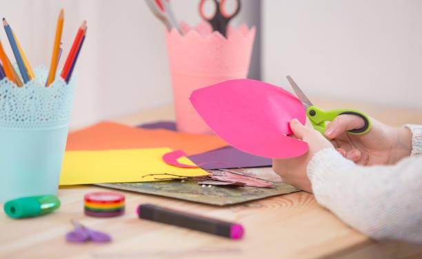 Child with scissors cut paper – zdjęcie