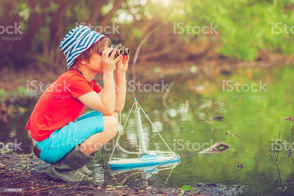 Criança com brinquedos de navio - foto de acervo