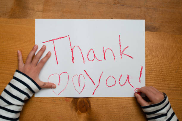 a criança escreve agradece-lhe no papel - mensagem - fotografias e filmes do acervo