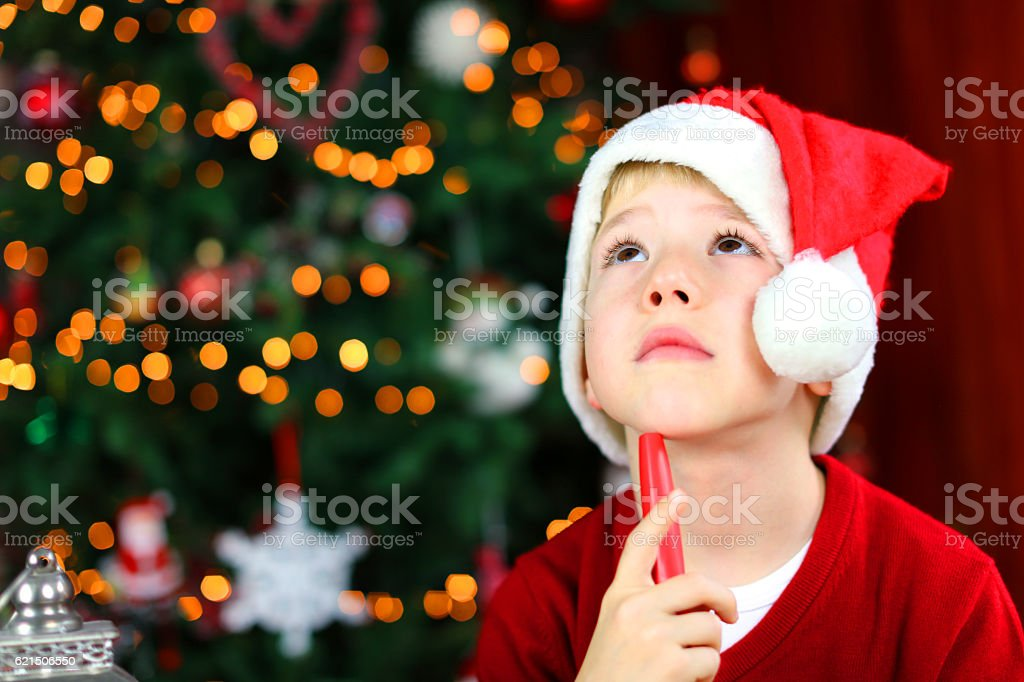 Child Writing Letter to Santa Claus Thinking What to Ask photo libre de droits