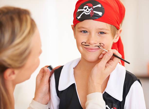 kindheit bestrebungen-being pirat - piratenzimmer themen stock-fotos und bilder