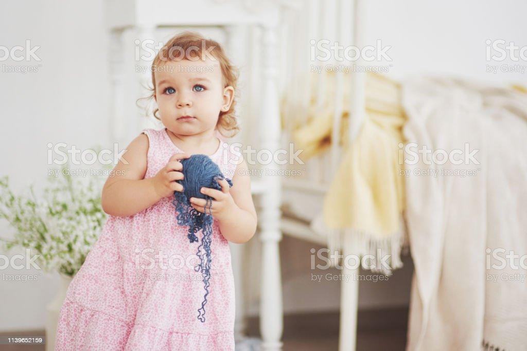 Concepto Infantil Baby Girl En Lindo Juego De Vestir Con