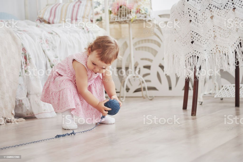 Niedlichen Kindheitskonzept Kleid Babymädchen In Spielen Ybi7fgv6y Mit iukZOXP