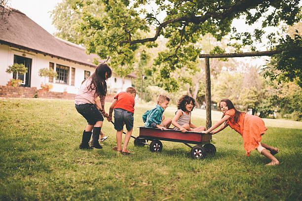 Enfance amis jouant dans un parc avec un break - Photo