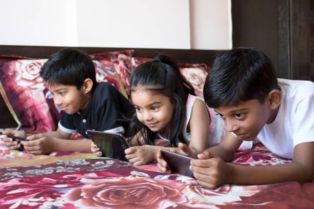 barn beroende av trådlös teknik - working from home bildbanksfoton och bilder